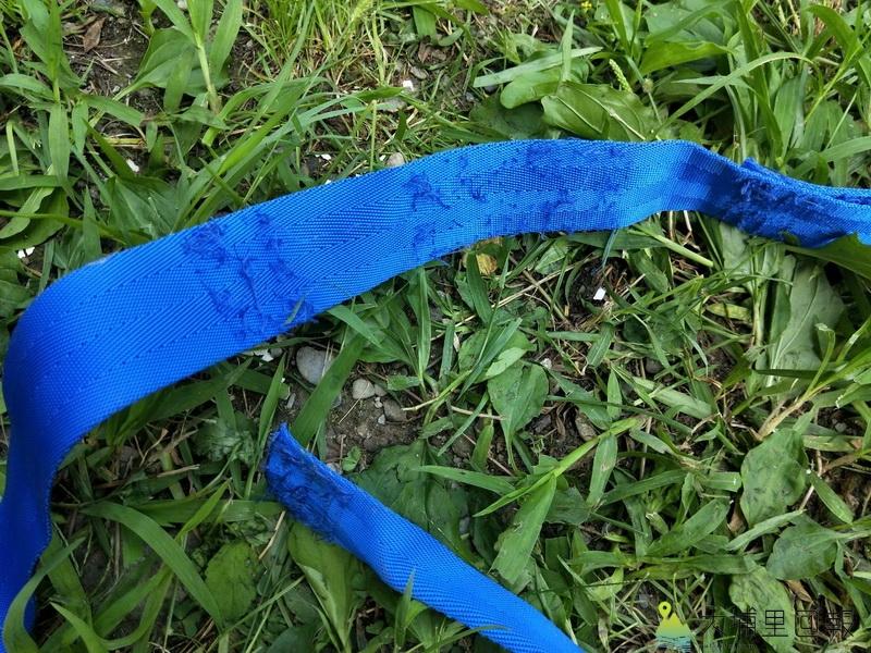 正常的束帶車縫處應牢固結合,形成環狀承受使用者的重量,圖中可見到縫線鬆脫。(圖/南投縣消防局提供)