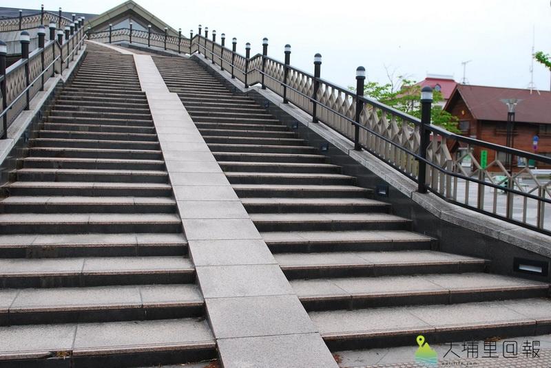 共享單車經營範例,日本談單車騎乘之前,先談友善的單車公共建設,如階梯上的單車專用斜坡。(陳巨凱 攝)