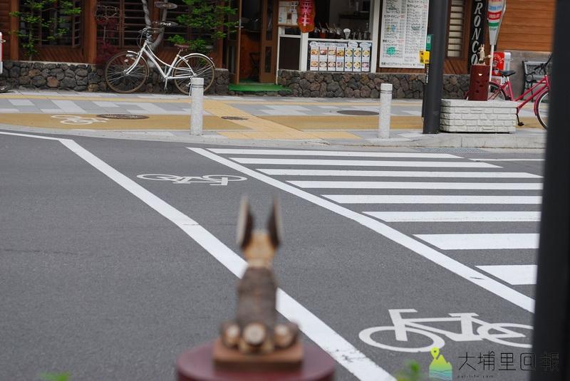 共享單車經營範例,日本談單車騎乘之前,先談友善的單車公共建設,如馬路上的單車專用道,與人行道做了區隔。(陳巨凱 攝)