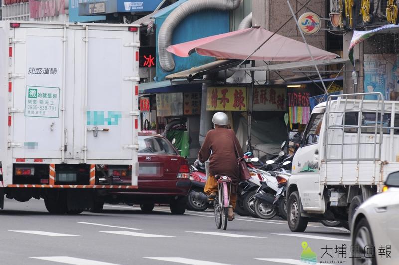 埔里鎮騎樓因路霸,幾乎沒有一條是暢通的,加上違規停車、併排停車,單車騎士經常被迫與汽、機車爭道。(柏原祥 攝)