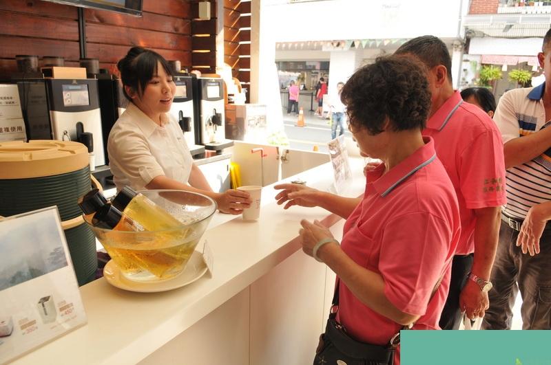 埔里鎮Feeling18巧克力工房,自8月起停用免洗杯,民眾持環保杯,仍能免費享用黑咖啡及高山冷泡茶。(柏原祥 攝)