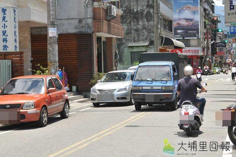山王飯店鄰近巷弄只容一車通行,南昌街車流經常壅塞,停車位一位難求。(柏原祥 攝)