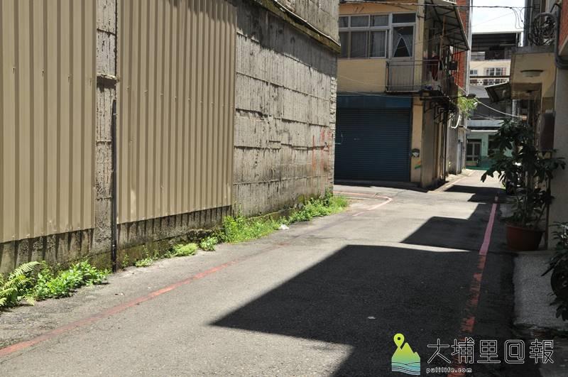 山王飯店鄰近巷弄只容一車通行,路邊又畫紅線,停車是困擾當地人已久的問題。(柏原祥 攝)