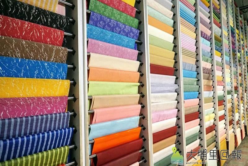 造紙龍手創館也是生產特殊美術紙的工廠,有一道牆面,全由外銷美術紙樣品所組成。