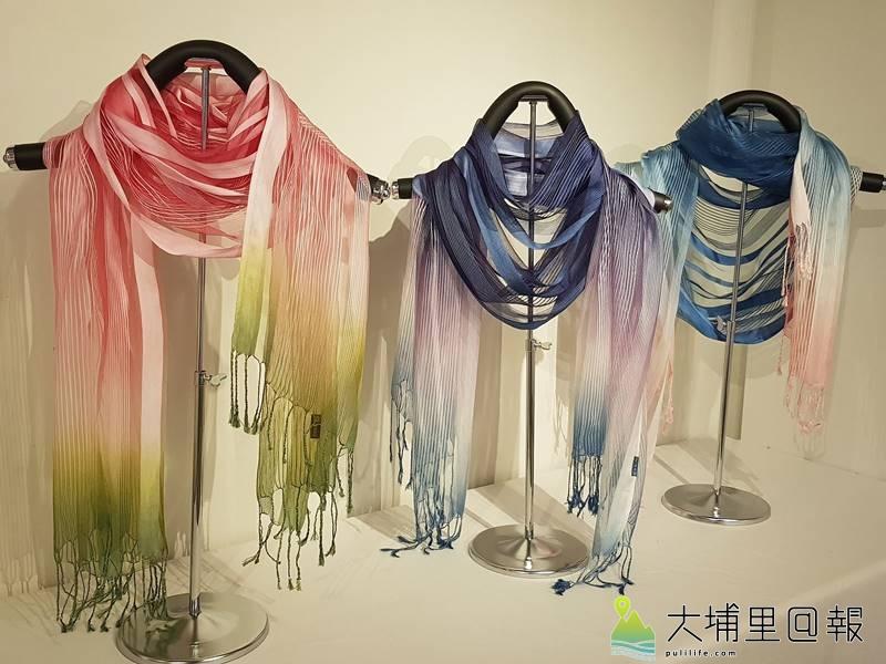 天然染織所製作的圍巾,散發自然風。(廖嘉展 攝)