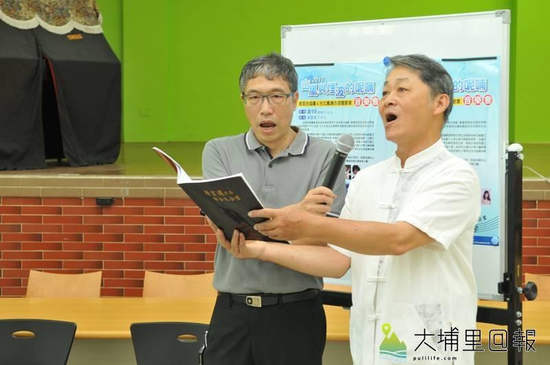埔里合唱團老師陳致平(左)、黃炌山(右)一同高歌。(柏原祥 攝)