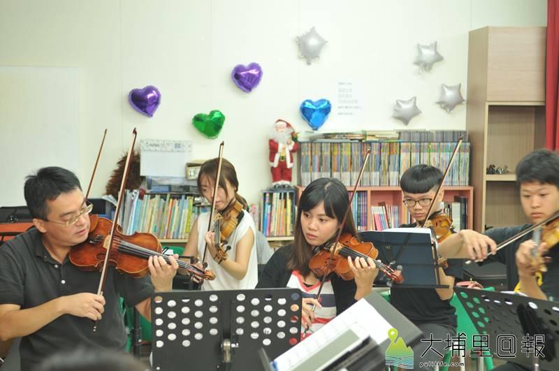 埔里Butterfly交響樂團小提琴首席蘭馨(左三)與國台交小提琴首席張睿洲(左一),將在2017「與蝶共舞」音樂會演出。(柏原祥 攝)