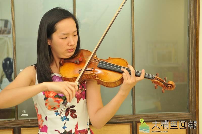 謝慕晨出身埔里,並已錄取休士頓交響樂團第二部小提琴首席,仍然趁著假期回到埔里指導埔里Butterfly交響樂團團員。(柏原祥 攝)