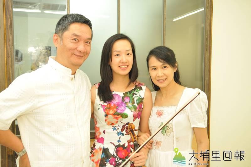 謝幕晨(中)出身埔里,並已錄取休士頓交響樂團第二部小提琴首席,趁著假期回到埔里指導埔里Butterfly交響樂團團員,左為她的父親謝東昇、右為母親劉妙紋。(柏原祥 攝)