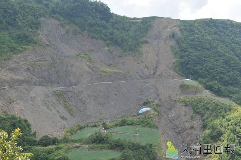 力行產業道路路況險惡,其中14公里處接近翠巒部落的崩塌地規模最大。(柏原祥 攝)