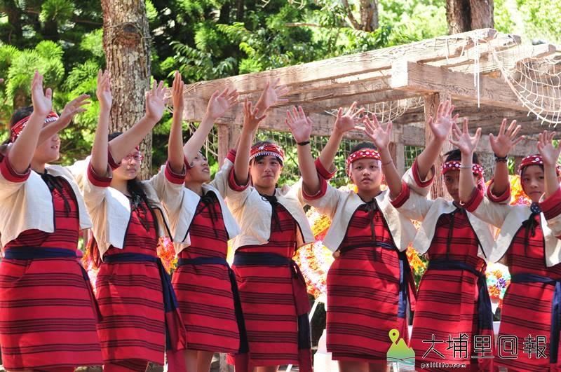 平靜國小復名為都達國小,學童身著賽德克傳統服飾吟唱古調慶祝。(柏原祥 攝)