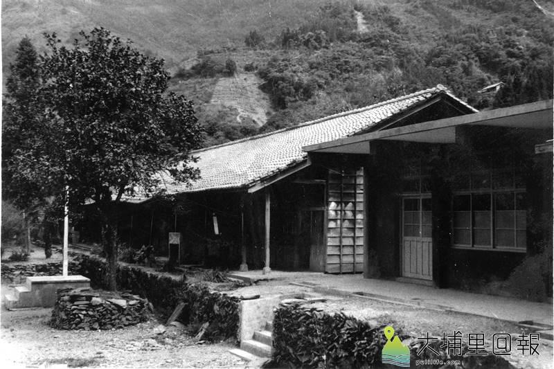 仁愛鄉平靜國小復名為都達國小,圖為早期學校場景,校舍還是木造的。(都達國小提供)