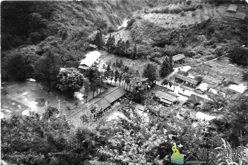 仁愛鄉平靜國小復名為都達國小,圖為早期部落鳥瞰場景(左下角),可以看見當時校舍還是木造的。(都達國小提供)