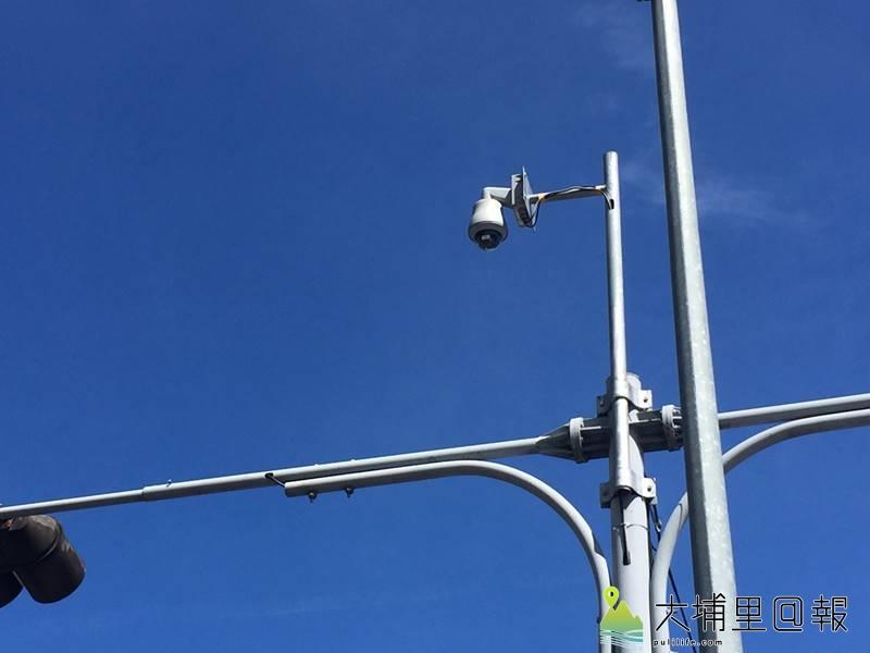 愛蘭交流道連結台14線埔霧公路路口的圓形像路燈的裝置,其實是監視器,並非測速或壓線照相機。(圖/警方提供)
