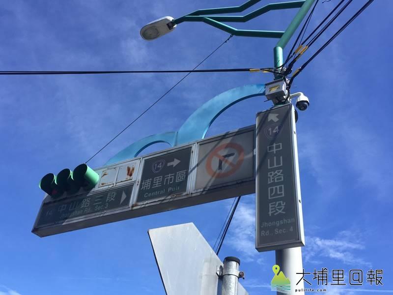 網路盛傳愛蘭交流道連結台14線埔霧公路路口的圓形像路燈的裝置是測速或壓線照相機,但警方予以否認。(圖/警方提供)