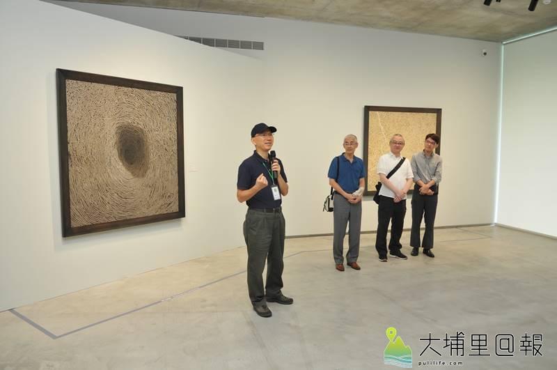 須田悅弘(右二)、顧何忠(左二)的木雕花草及油畫作品,即日起在草屯鎮毓繡美術館展出,館長李足新(左)說明這次展覽的主題。(柏原祥 攝)