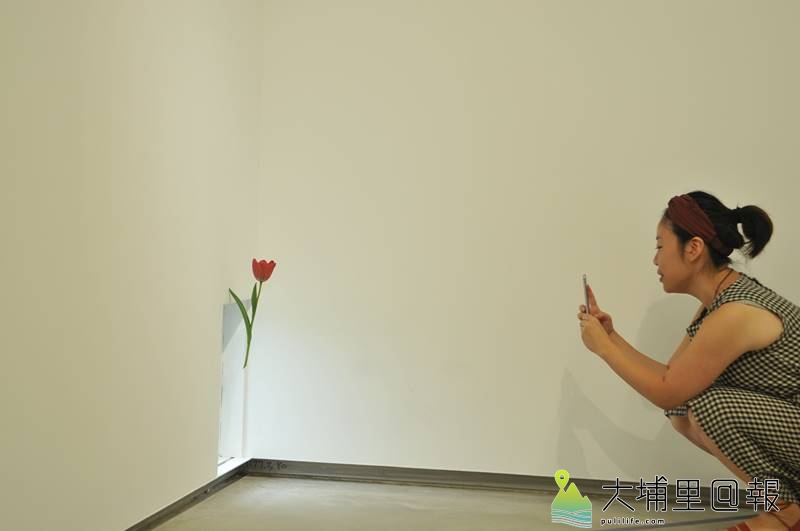 須田悅弘的木雕花草作品,就藏身在展館不起眼的角落。(柏原祥 攝)
