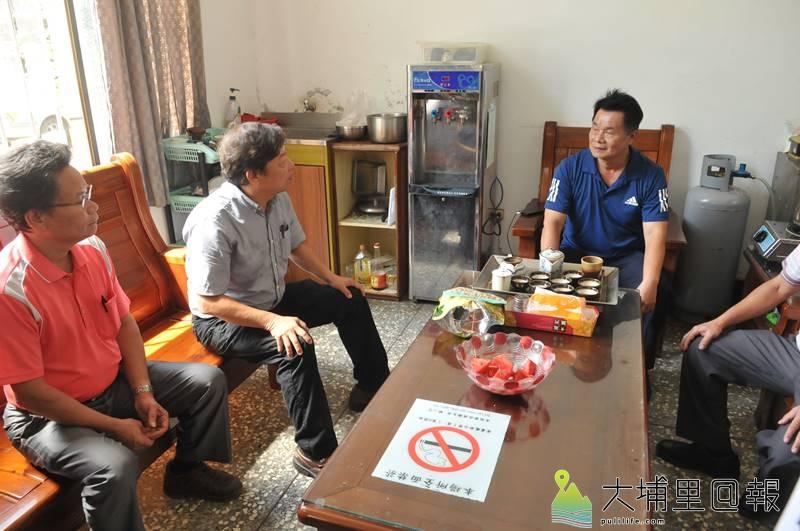 國姓鄉長丘埔生(左二)與鄉民代表至梅林派出所,請警方公正執法。(柏原祥 攝)