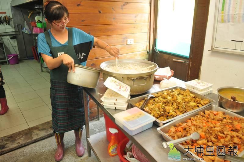 南投縣生活重建協會為獨居老人送餐長達18年,圖為工作人員打菜的情形。(柏原祥 攝)