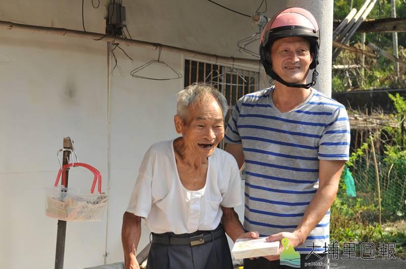 南投縣生活重建協會理事長邱慶禧獲頒兩岸三地愛心獎,他仍會騎機車為獨居老人送餐,與老人成了忘年之交。(柏原祥 攝)
