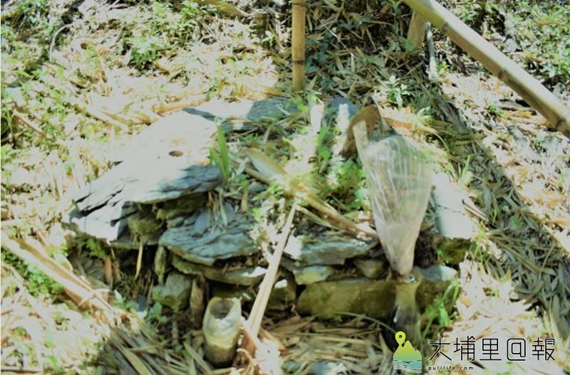 早期的部落葬墓採用「石板岩」堆掩;該墓位於Kmuyaw社的舊址處