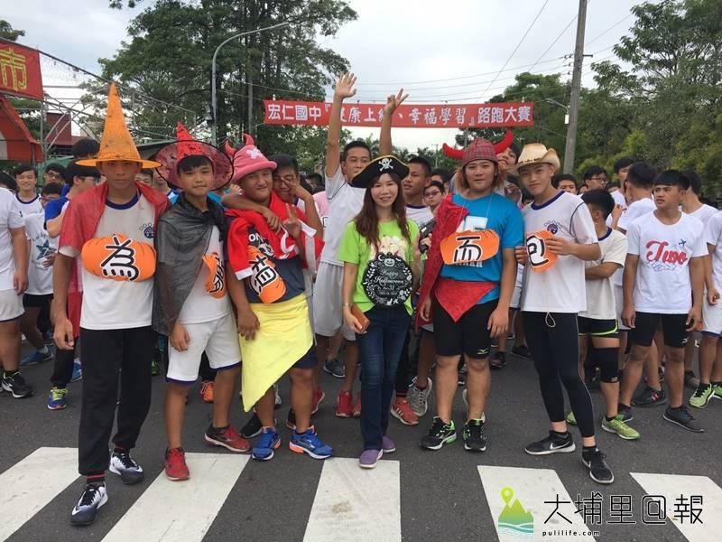 埔里鎮宏仁國中舉辦校外路跑賽,角力隊的同學變裝登場。(圖/宏仁國中提供)