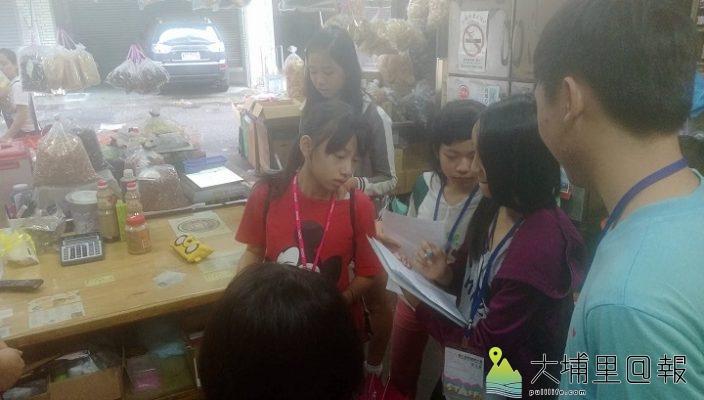 新永豐製油工廠向小小記者們分享店家歷史. 圖片來源/孟廷拍攝。