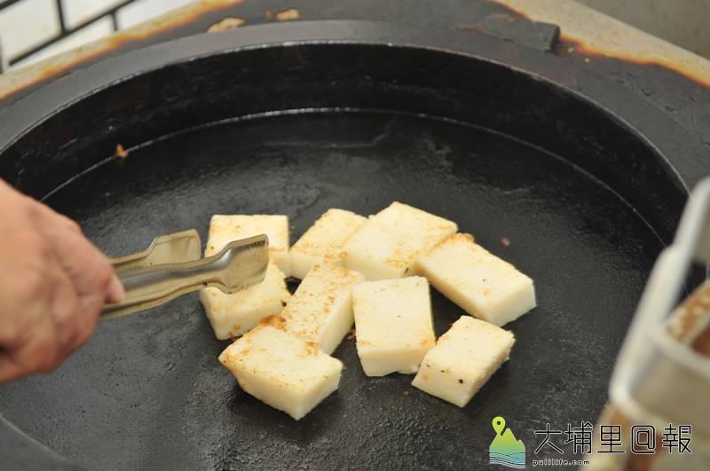 煎鍋上的菜頭粿,散發香氣吱吱作響。(柏原祥攝)