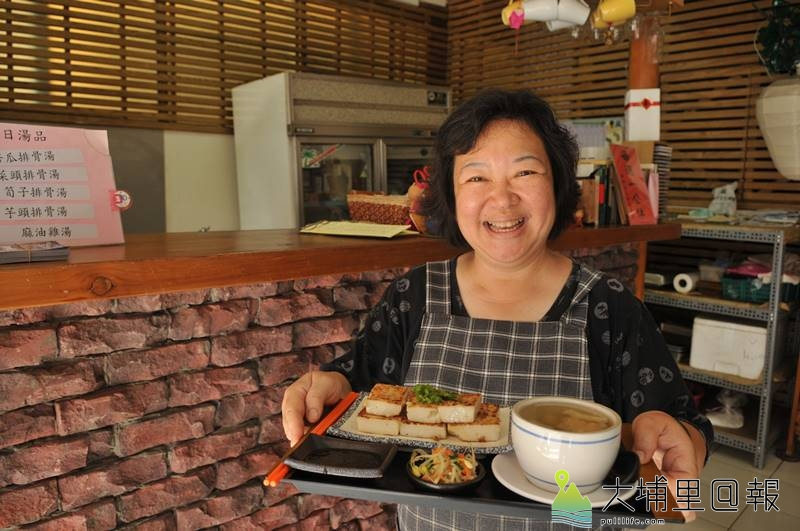 菜頭粿上桌,老闆娘周曼娟的笑容增添人情味。(柏原祥攝)