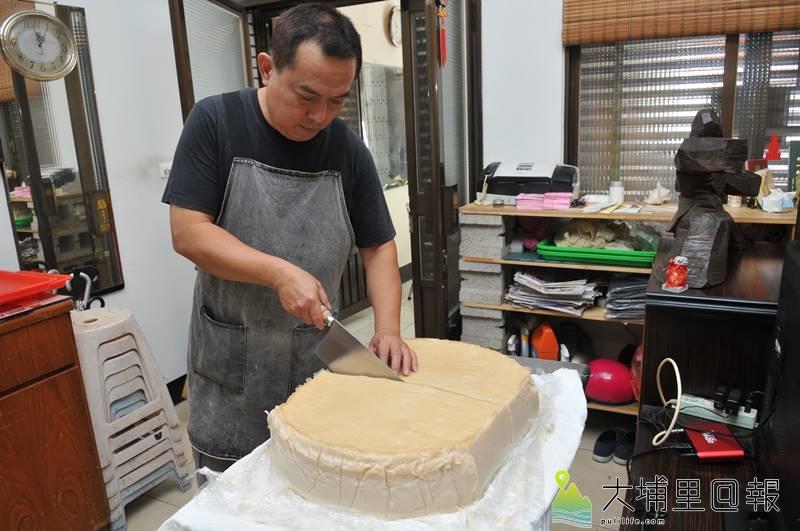 每次出爐的菜頭粿,都是來米漿經過5個小時蒸透,放涼後冷藏保鮮,才能送到消費者手中。(柏原祥 攝)