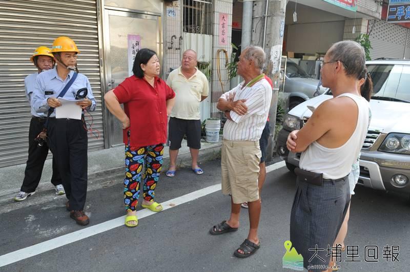 埔里忠孝路居民在路邊與台電人員協商。