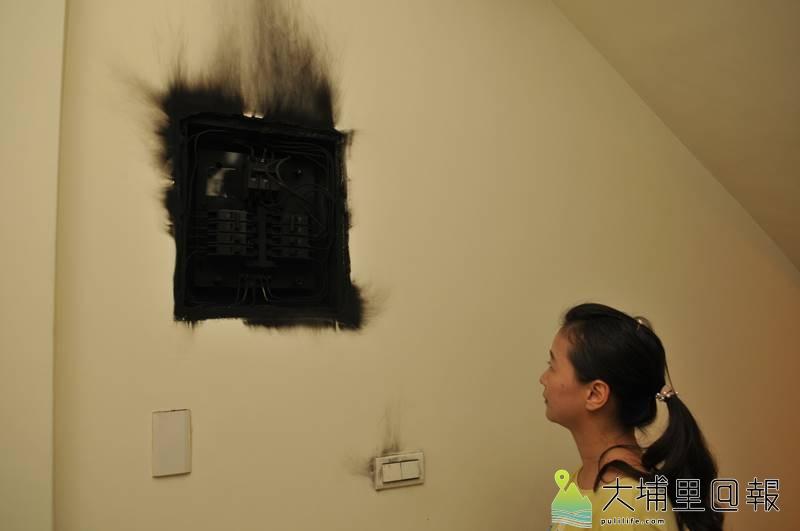 台電包商維修變電箱,因開關錯誤,低壓接高壓,造成埔里鎮忠孝路約80家住戶電器毀損,其中一戶配電箱整座燒毀。(柏原祥 攝)