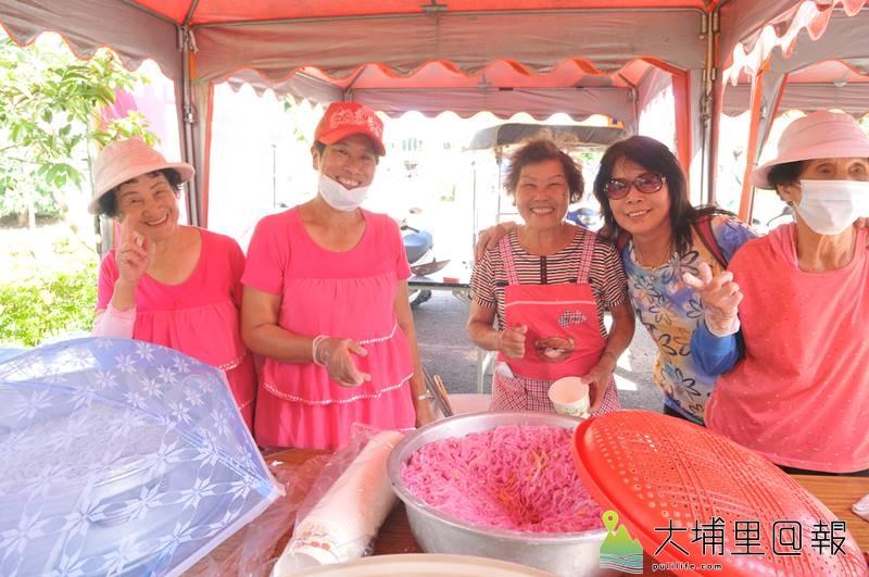 南村社區料理米苔目聯絡居民感情,謝鳳蘭(中)是總舖師。(柏原祥 攝)