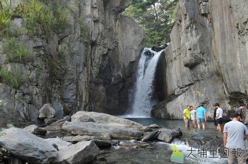 仁愛鄉夢谷瀑布景色依然美麗,並未如網路謠言所傳因天災而消失。(柏原祥 攝)