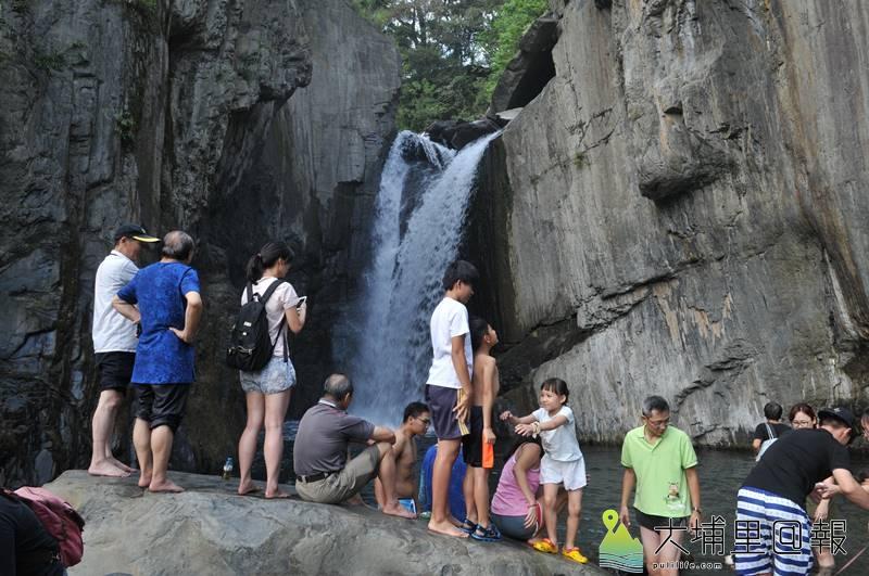 仁愛鄉夢谷瀑布景色依然美麗,並未如網路謠言所傳因天災而消失,雙十節連假還吸引大批遊客前來賞景。(柏原祥 攝)