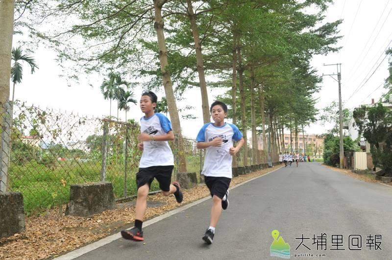 埔里鎮宏仁國中舉辦校外路跑賽,學生行經哲學步道與中心路,沿途風光優美。(圖/宏仁國中提供)