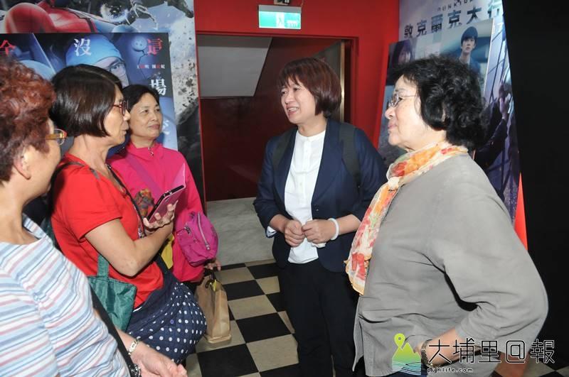 立委蔡培慧(右二)邀請埔里鄉親至山明電影院共賞《老師你會不會回來》,播映會後,她表示自己看了3次,每看必哭。(柏原祥 攝)