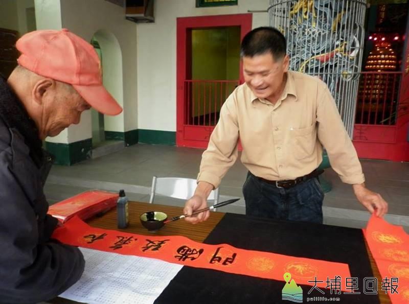 年初麒麟社區邀集居民寫春聯,藉此提升書法學習的風氣。(陳婉真 攝)
