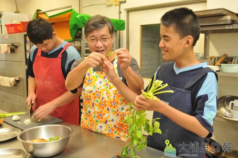 王子華曾是埔里知名餐廳七巧野菜屋的廚師,如今在埔里國中特教班廚房教室,找到新天地。(柏原祥 攝)