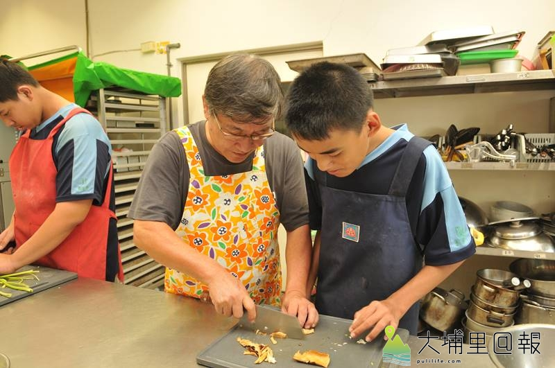 王子華在埔里國中特教班教廚藝,他表示,特教生動作較慢,因此要無比的耐心陪伴。(柏原祥 攝)