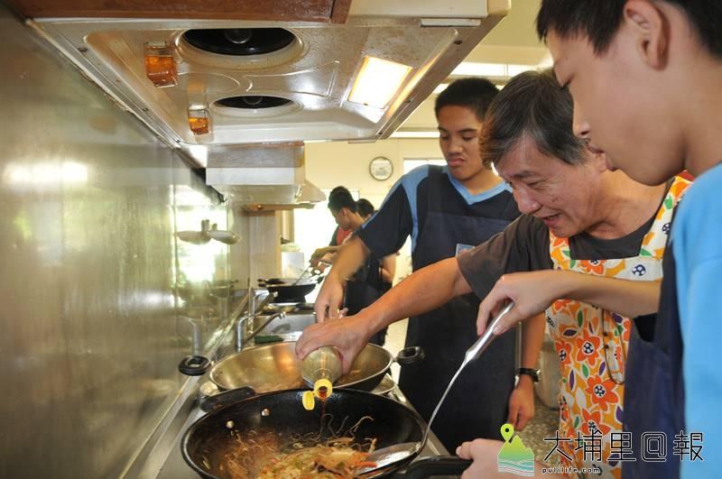 炒米粉每個步驟都不能省略,在埔里國中特教班教廚藝的王子華,要求特教生不能「偷吃步」。(柏原祥 攝)