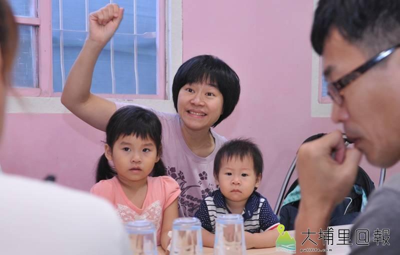 埔里鎮一群家長舉辦兒童公園圓夢工坊,數名媽媽帶著小孩來參與,並舉手為孩子發聲。(柏原祥 攝)
