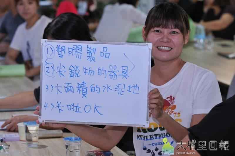 埔里鎮一群家長舉辦兒童公園圓夢工坊,媽媽蔡美惠在白板上寫下兒童公園不應該有的設施。(柏原祥 攝)