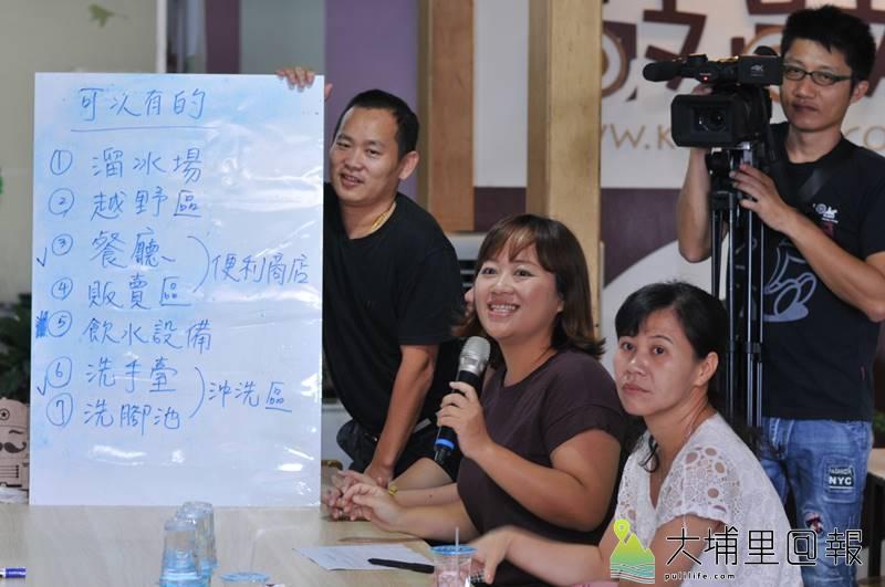 埔里鎮一群家長舉辦兒童公園圓夢工坊,在白板寫下對兒童公園的想像。(柏原祥 攝)