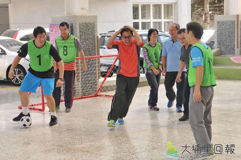 molten致贈國姓鄉中小學樂樂足球,並邀請體大教練訓練老師為種子教練。(柏原祥 攝)