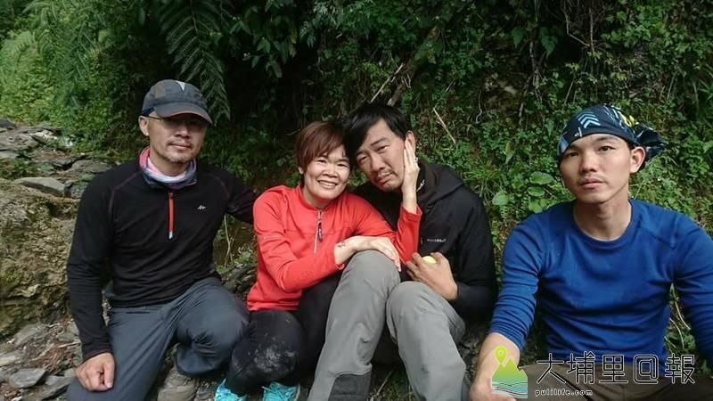能高越嶺失蹤12日的登山客黃致遠(右二)尋獲,其妻和兩名隊友表情難掩興奮。(圖/南投縣消防局提供)