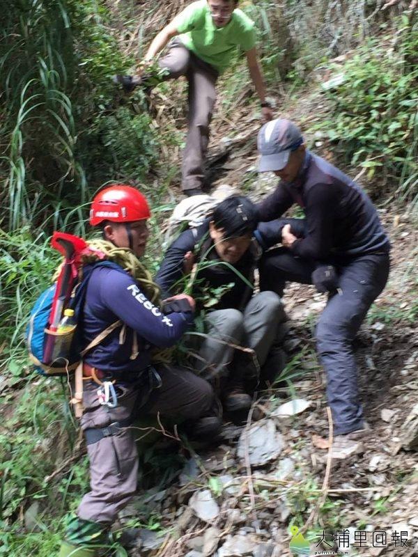 能高越嶺失蹤12日的登山客黃致遠被發現時身心狀況尚稱良好,在搜救隊員攙扶協助下已安全下山。(圖/南投縣消防局提供)