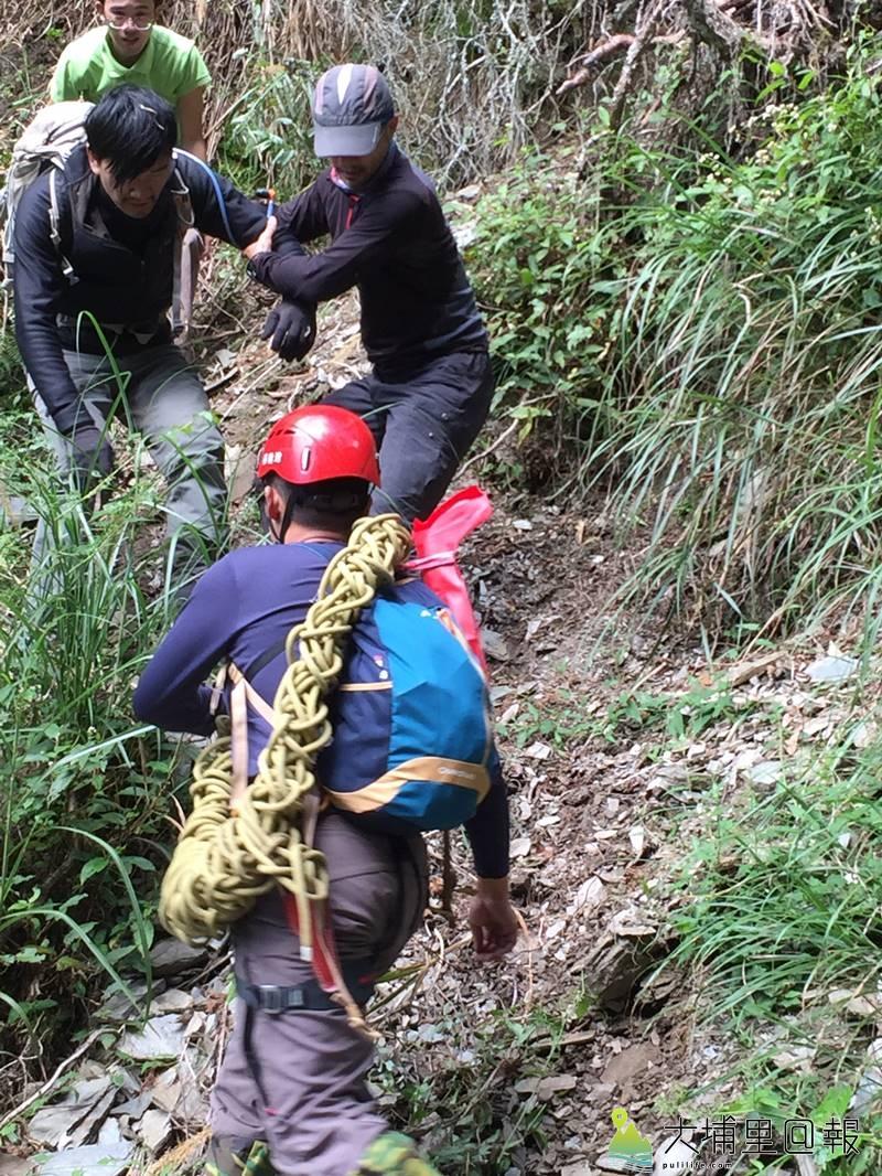 能高越嶺失蹤12日的登山客黃致遠(左上角)被發現時身心狀況尚稱良好,在搜救隊員攙扶協助下已安全下山。(圖/南投縣消防局提供)