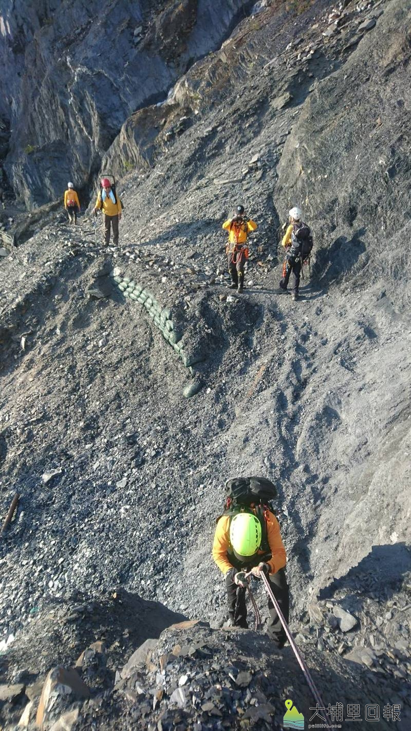救難人員在崎嶇的地形搜救能高越嶺失蹤登山客黃致遠。(圖/南投縣消防局提供)