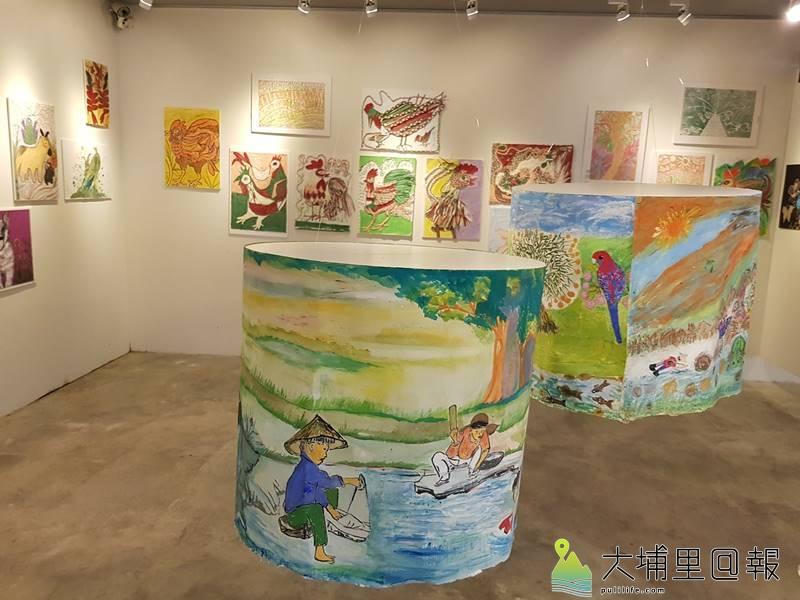 長青繪畫班的學員們透過各類媒材,在紙教堂─流藝廊裡展出心血傑作。(圖/紙教堂提供)